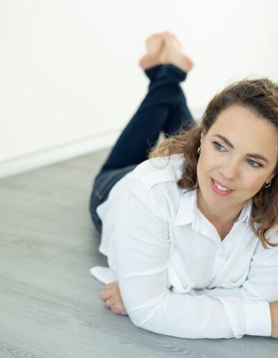Profesionální brandové focení na web, archetyp pečovatel, portrét, zdravotní cvičení, fotky na web, Veronika, focení v tělocvičně, cvičení pro matky s dětmi