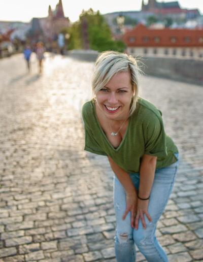 Profesionální brandové focení na web, v Praze, Karlův most, ženský archetyp hrdina, portrét, finanční poradenství