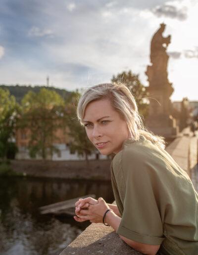 Profesionální brandové focení na web, v Praze, Karlův most, portrét, slunce